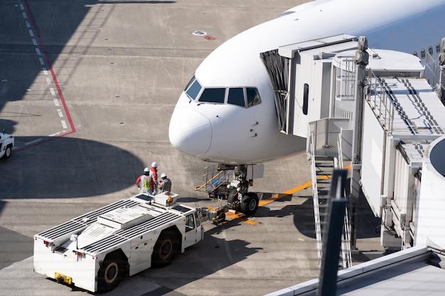 Aeroplano al ponte di jet in aeroporto