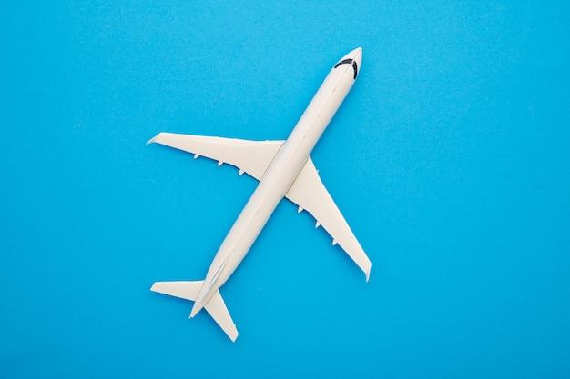 Aeroplano bianco su sfondo blu