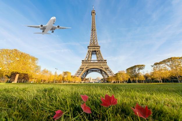 Aeroplano che sorvola la torre eiffel, parigi, francia.