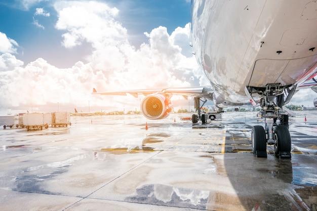 Aeroplano che sta preparando pronto per il decollo in aeroporto internazionale