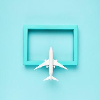 Aeroplano che vola verso la destinazione blu