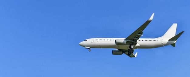 Aeroplano commerciale isolato su un cielo blu