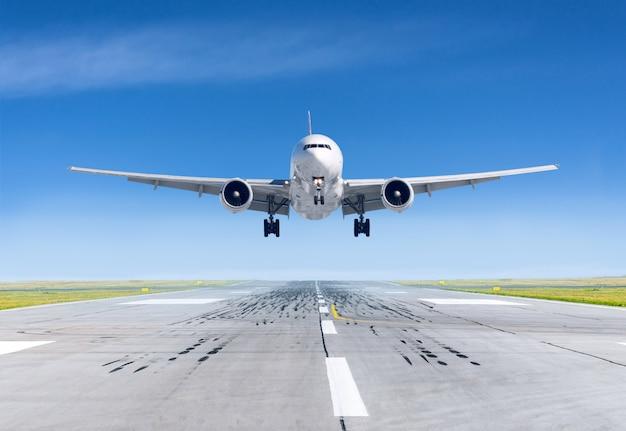 Aeroplano di atterraggio esattamente sull'aeroporto della pista