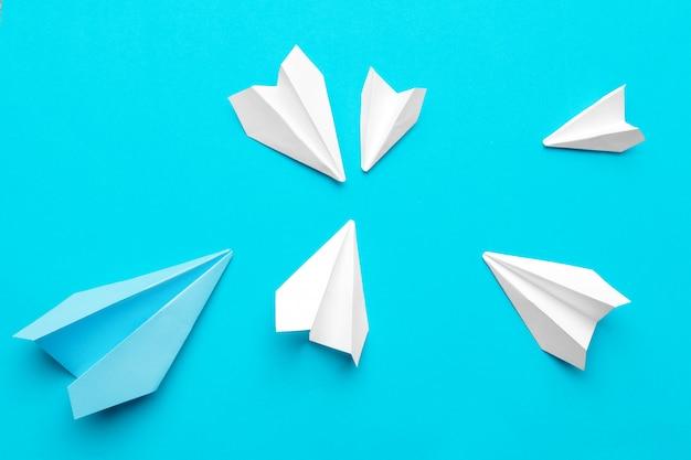 Aeroplano di carta bianca