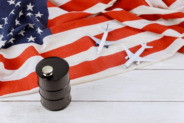 Aeroplano di modello sulla bandiera usa della marca di prezzi del barile da olio in aumento del mondo