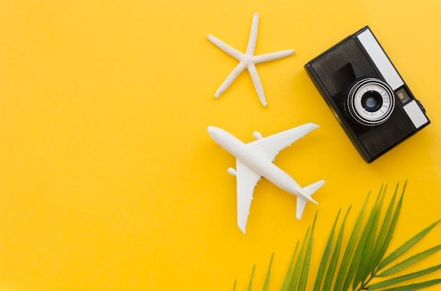Aeroplano e macchina fotografica dello spazio della copia