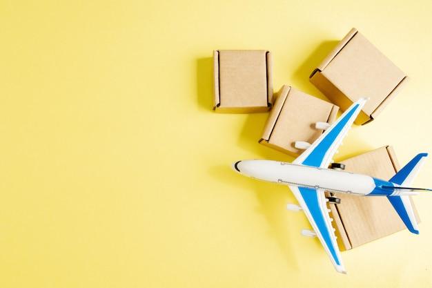 Aeroplano e pila di scatole di cartone. concetto di merce aerea e pacchi, posta aerea. consegna rapida di merci e prodotti