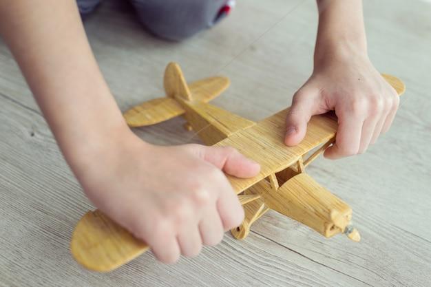 Aeroplano giocattolo in legno