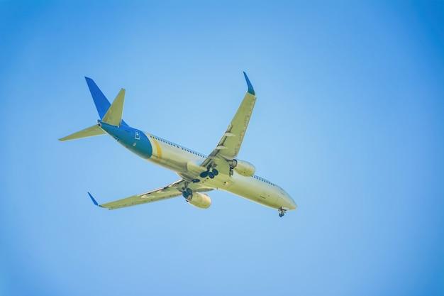 Aeroplano nel cielo e nella nuvola