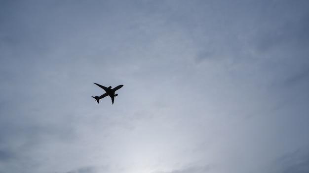 Aeroplano nel cielo e nube ad alba. presentando il concetto di viaggio aereo moderno.