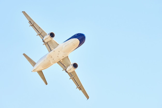 Aeroplano sopra cielo blu