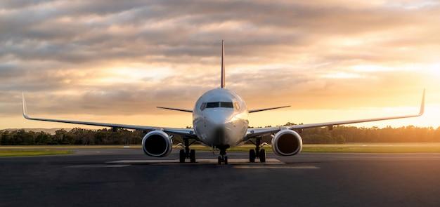 Aeroplano sulla pista dell'aeroporto al tramonto in tasmania