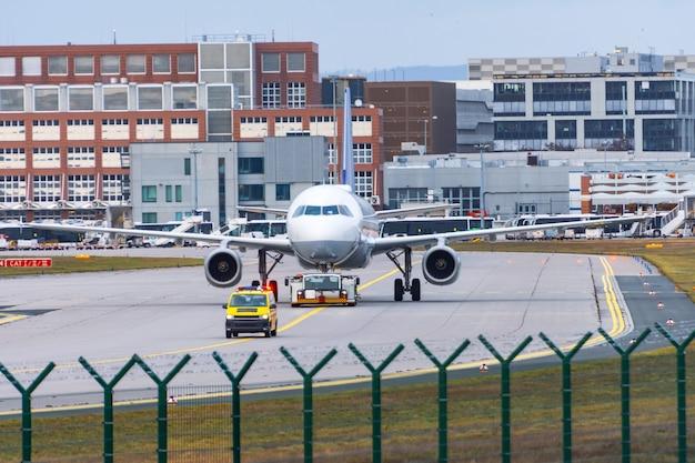 Aeroplano trasportato in un altro parcheggio in un grande aeroporto.