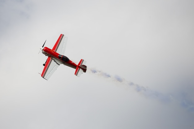 Aeroplano vintage con fumo blu