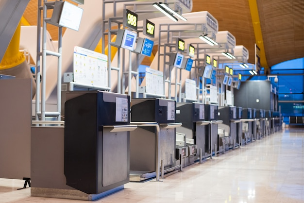 Aeroporto all'interno del terminal e banco del check-in