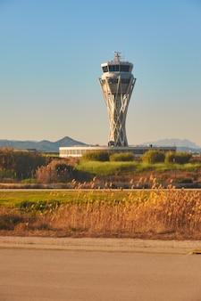 Aeroporto di creta, torre di controllo attraverso il filtro dell'aria vuoto