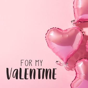 Aerostati a forma di cuore su una superficie rosa. concetto di san valentino