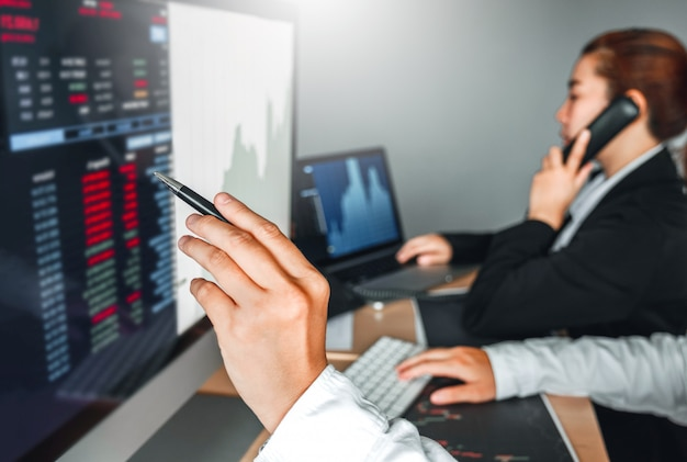 Affare del gruppo di affari mercato azionario di investimento che discute il mercato azionario del grafico commercianti di borsa
