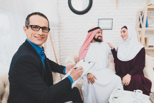 Affare della casa di successo affare maschio felice del mediatore