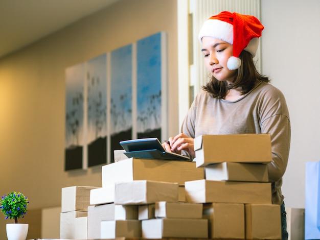 Affare il concetto di venditore online di affari, donne asiatiche con il suo venditore online di affari di lavoro indipendente.
