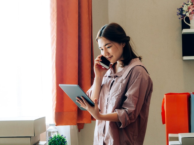 Affare il concetto online del venditore di affari, donne asiatiche con il suo venditore online indipendente di affari di lavoro.