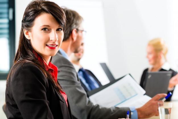 Affari - gli uomini d'affari hanno una riunione di gruppo