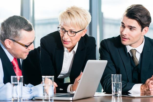 Affari - incontro in ufficio, persone che lavorano con documenti