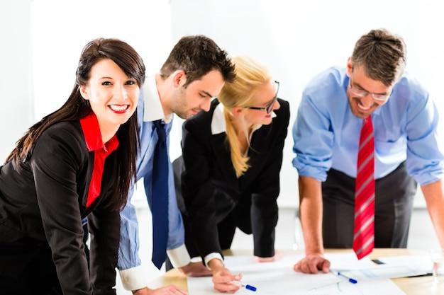 Affari, persone in ufficio che lavorano in gruppo