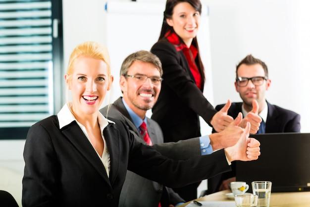 Affari, uomini d'affari hanno riunione di squadra
