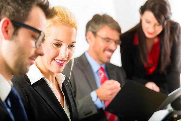Affari, uomini d'affari, incontro e presentazione in ufficio