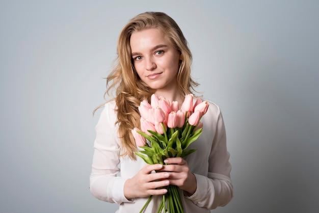 Affascinante donna con bouquet di fiori
