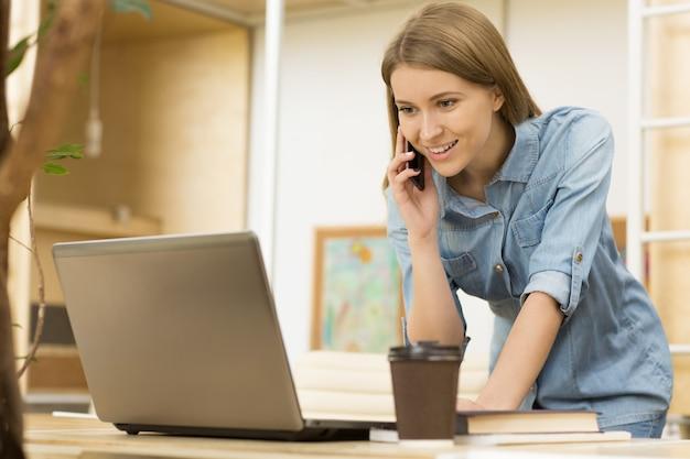 Affascinante giovane imprenditrice che lavora in ufficio