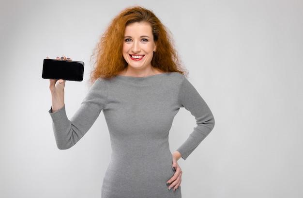 Affascinante ragazza con i capelli rossi
