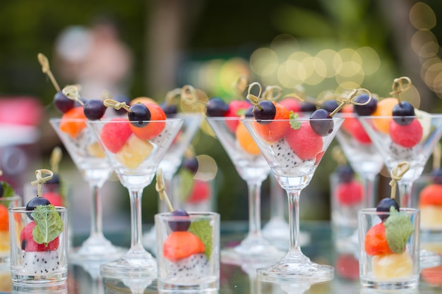 Affetta la frutta fresca sana e mista con il vetro