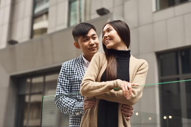 Affettuoso giovane coppia coreana in amore romanzesco.