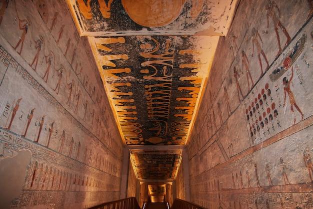 Affreschi nell'antica necropoli valle dei re a luxor