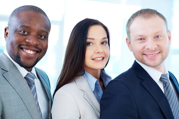 Affronta il primo piano di dirigenti sorridenti
