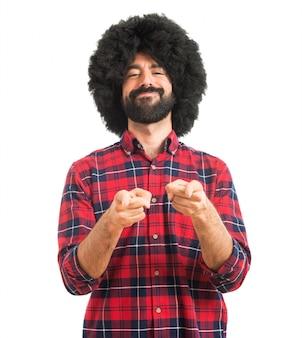 Afro uomo che punta alla parte anteriore