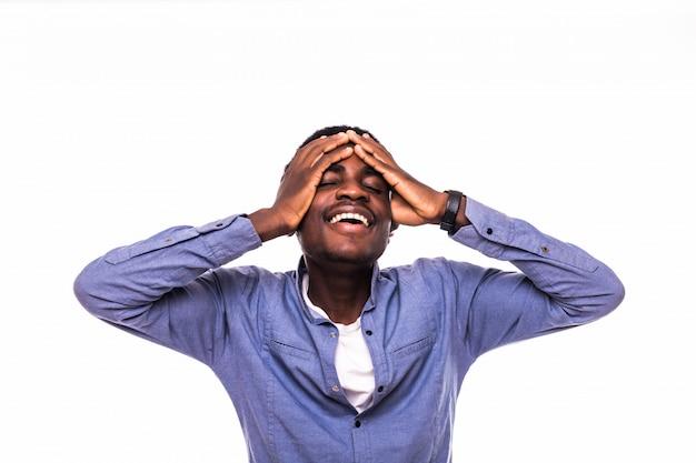 Afroamericano con dolore alla testa sulla parete bianca