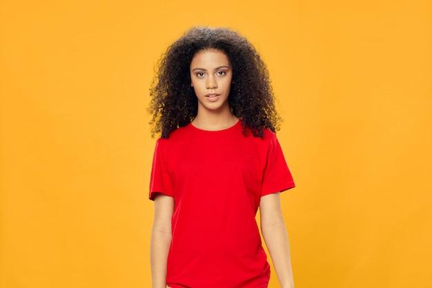 Afroamericano della donna in una posa della maglietta