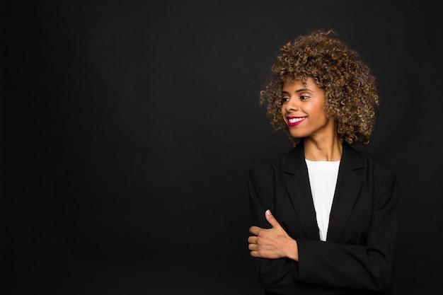 Afroamericano della giovane donna contro la parete piana