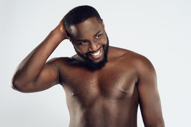 Afroamericano uomo felice con il petto nudo