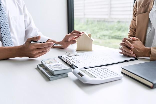 Agente di agente immobiliare con cliente