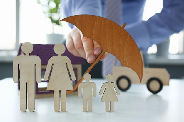 Agente di assicurazione maschio tenere le mani scudo gesto
