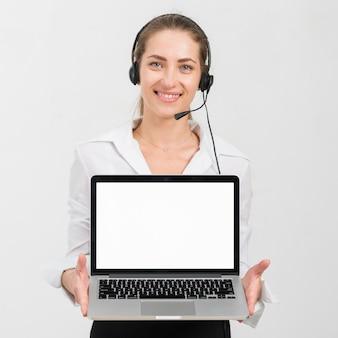 Agente di call center che presenta il modello di laptop