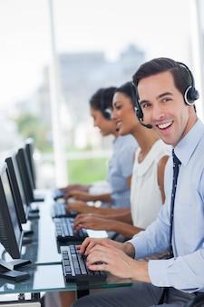 Agente di call center gioioso che lavora