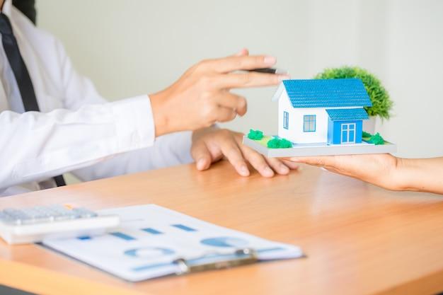 Agente di intermediazione immobiliare che presenta e consulta al cliente l'accordo sul modulo di assicurazione del segno decisionale
