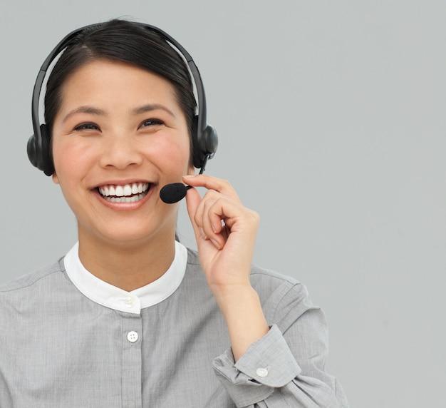 Agente di servizio clienti asiatico con auricolare acceso