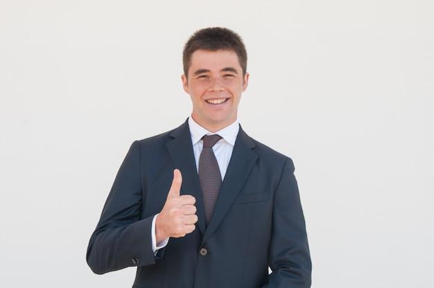 Agente di vendita allegro che consiglia prodotto