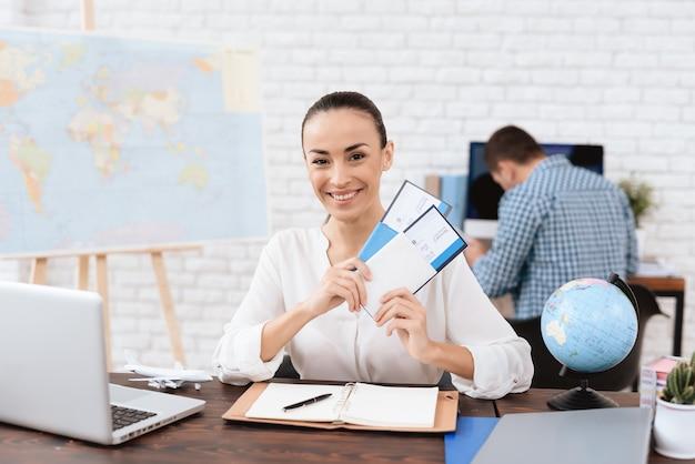 Agente di viaggio con biglietti aerei. agenzia di viaggi